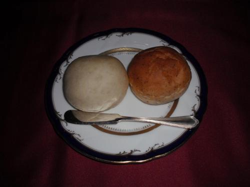 パン2種。いつもながら暖かくてうまい。お代りをもらう。