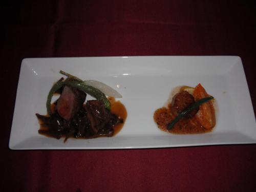メイン「科乃豚フィレのロティと帆立貝柱のポワレ」一口サイズながら肉と魚の両方の料理を楽しめる。Good.<br />