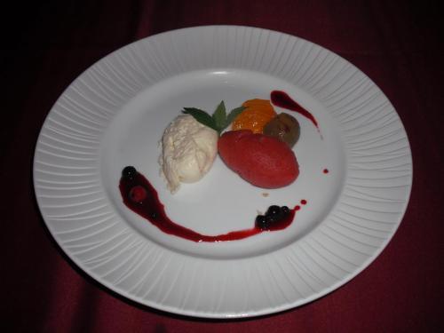 ル・プラトー特製季節のデザート。バナナのムースとイチゴのシャーベット。<br />
