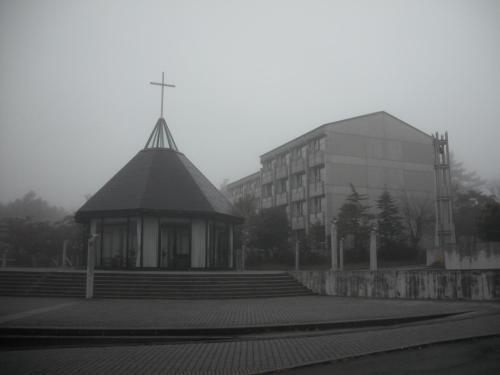 霧に包まれたホテルアンビエント蓼科(写真)。明るく華やかな夏とは全く趣きが違い、暗くて寒い。最悪‥‥。