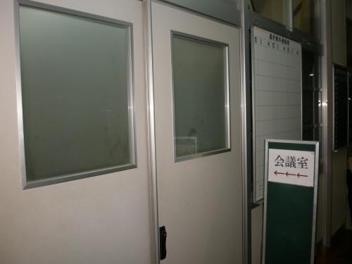 """2009年10月01日(木)<br /><br />18:00<br /><br />職員室へ<br /><br /><br />少し早めに到着していたのですが、<br />所々で会う生徒さんから<br /><br />""""こんにちは!""""<br /><br />"""