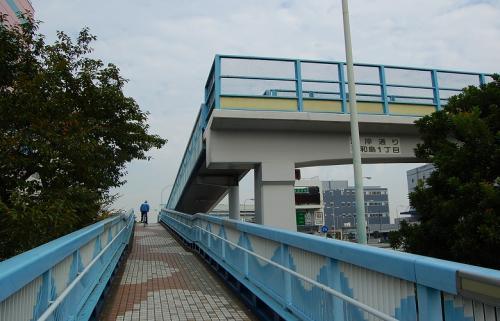 歩道橋を渡って行きます。