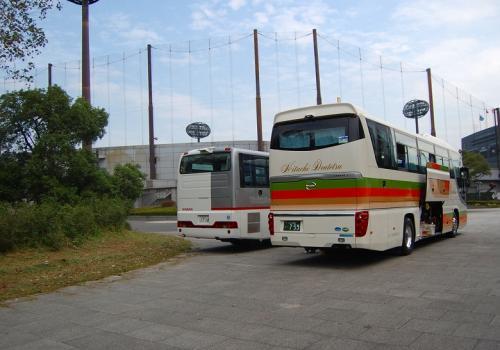 手前が日立の選手を乗せたバス。<br /><br />奥のが、日産のバス。