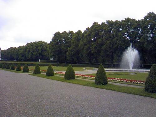 城の正面右側の庭