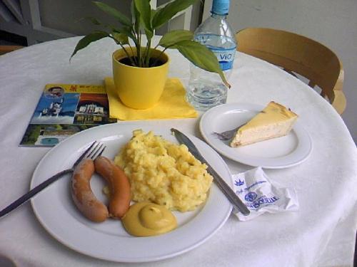 昼食<br />お城の中はさすが、素敵で感激で疲れた。<br />庭の見えるテーブルをゲットした。