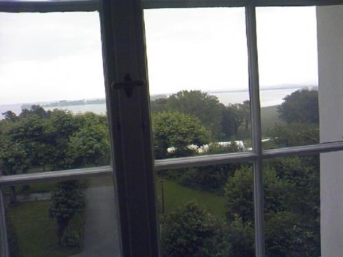 他の見学できる博物館の2階の窓より、湖を望む