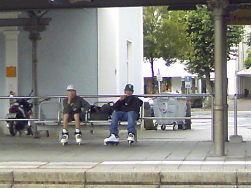 プリーン駅のスケート靴を履いた地元ボーイ