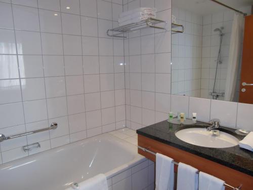 ピカピカに磨かれたバスルーム(写真)。コートヤードは客室内のレベルは高い。