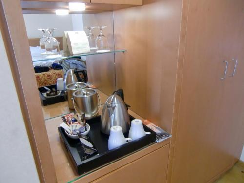 数種類のインスタントコーヒー、紅茶、緑茶付きのティーセット。