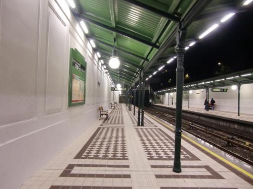 ウィーンの市内観光をして夜シェーンブルン駅(写真)に帰ってくる。夜でも治安は良く不安はない。