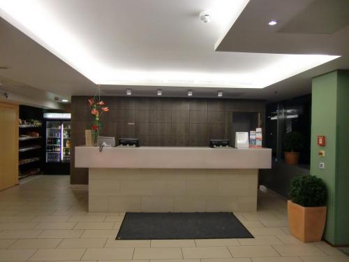 コートヤードはマリオット傘下のホテルでマリオットより1ランクグレードが低い。豪華さはないが機能的でリーズナブルなホテルである。写真:シンプルなフロント