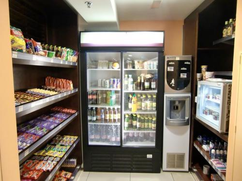 ホテルのショップ(写真)ではサンドイッチ、サラダ、お菓子類、飲み物の販売をしている。