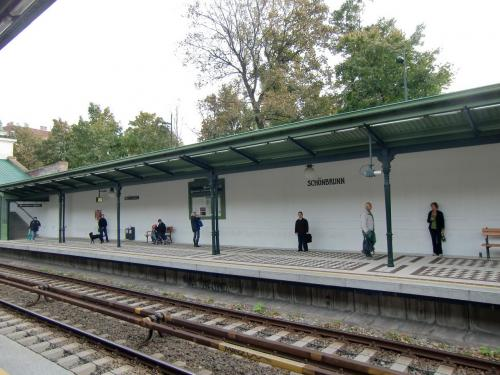 コートヤード・ウィーン・シェーンブルンの行き方はウィーンの中心「カールスプラッツ」から地下鉄U4に乗ってシェーンブルン宮殿(写真)下車。10分程度で着く。白い壁とモザイク模様の床が綺麗!さすが、宮殿の駅。