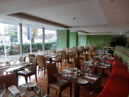 ホテルのレストラン(写真)。朝食、昼食、夕食共に営業。