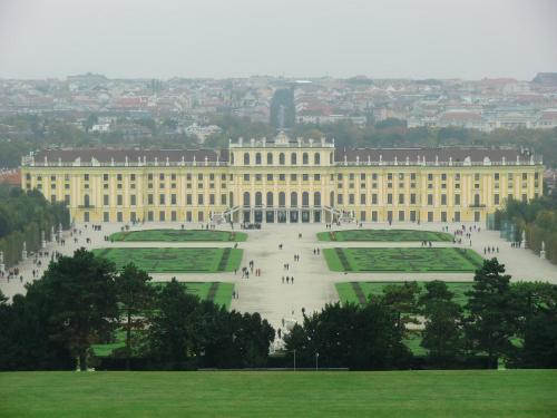 今回はシェーンブルン宮殿(写真)の観光、宮殿での食事、夜のコンサートを予定していたので、シェーンブルン宮殿に近いホテルを選んだ。