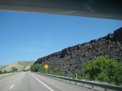 右側の崖は溶岩らしい<br />岩に注意!の看板が立っている。