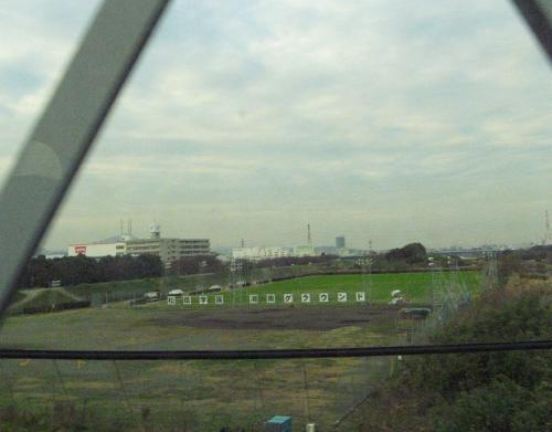 松陰学園グラウンドって書いてあったけど。<br /><br />新幹線の車窓から。