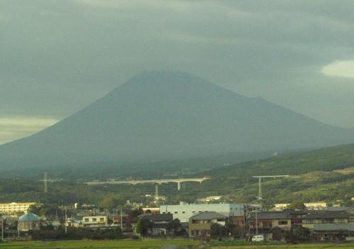 今日の富士山は、ちょっと曇り空で、こんな感じ。