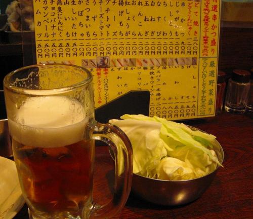 まずは、生ビール。<br /><br />キャベツは、うさぎのように、食べますわ。