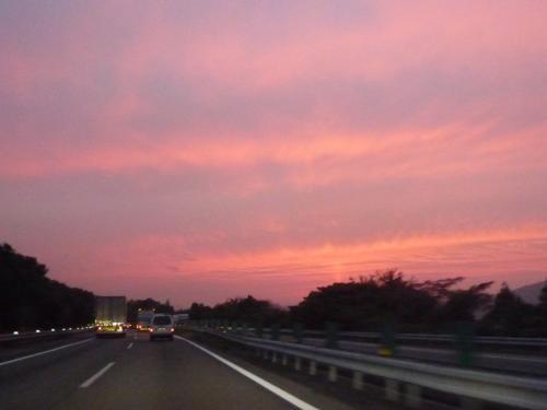 <br />目的地鳥取まで約750キロ・・先は長い!<br /><br />浜名湖SAで一先ず休憩をとりましょう<br />夕焼けがきれいです