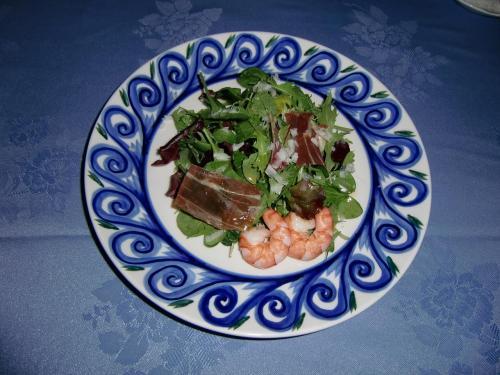 前菜:小海老と有機野菜のサラダ、パルマ産生ハムを添えて。味もボリュームもGood.<br />