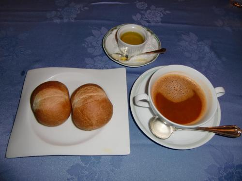 私はいつもスープを追加注文する。今日は「甲殻類のスープ、カプチーノ仕立て」(写真:630円、税込・サ別)。濃厚な蟹風味のスープでうまい。パンが変わって、これもGood.<br />