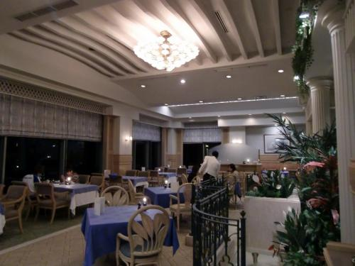 さすがにクリスマスが近いこともあってアラゴスタの店内は満席に近い。写真:ディナー終了後のアラゴスタの店内