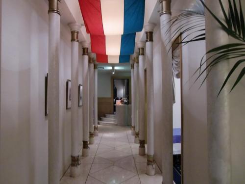 アラゴスタのエントランス(写真)。イタリア国旗は赤・白・緑の縦三色旗なので、天井のデザインはイタリア国旗とは微妙に違う。