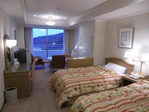 客室はスタンダードグレードの洋室ツインルーム(写真)でルームチャージ8000円。