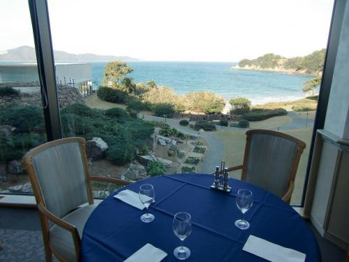 ルミエールからの眺め(写真)が素晴らしい。平日のランチならいつも空いているので、窓側の席に座ってビーチの眺めと料理が楽しめる。