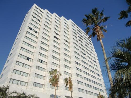 青い空に白いアネックス(写真)が映える。すごいホテルを造ったものである。プールサイド側の入り口からアネックスに入る。