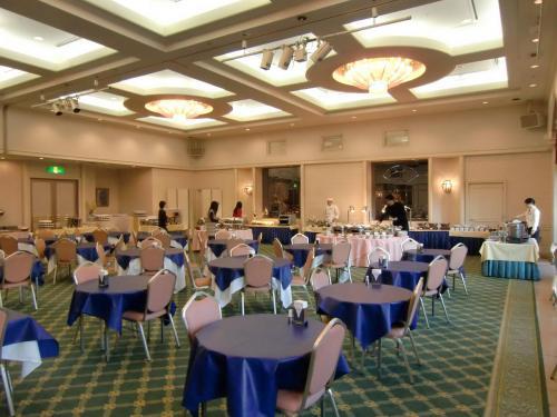 今朝の朝食はアネックスにあるコンベンションホール「マリンポート」(写真)の朝食バイキング(1890円:税込、サ別)にする。
