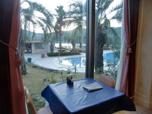 ガーデンプールに近い窓側の席(写真)を確保する。朝日に浴びたガーデンプールを眺めながらの朝食はVery Good.