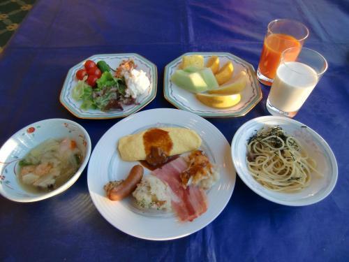 洋食メニュー(写真)の方がカラフルで美味しそうに見える。我々夫婦は野菜中心の和食を普段から食べているので、旅に出た時には洋食がいい。