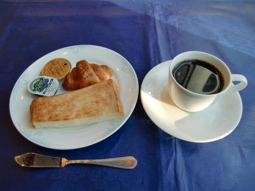 洋食の最後はパンとコーヒー(写真)。1時間くらいかけてゆっくり朝食バイキングを楽しむ。