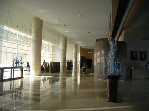 アンジェリーナ・ジョリーとブラッド・ピットのファミリーが泊まった?!というウワサのある、超豪華ケンピンスキー・ホテル。バビロンのイシュタール神殿の「原寸模型」とされる建物まであります。写真を取りに来るだけでもOK。日本語が少し話せるスタッフもいて、「日本人のオキャクサンもたくさん来ますヨ。マジで」とか言ってました。