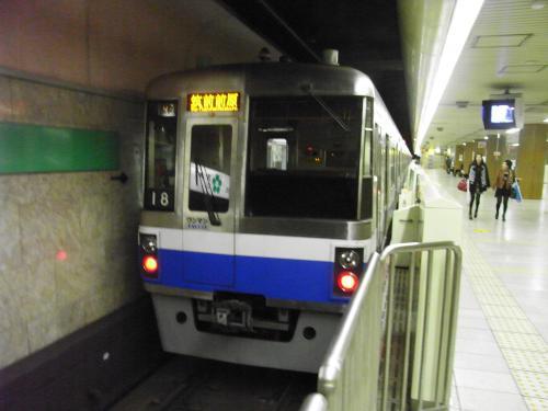 地下鉄で天神に移動。<br />日曜朝なので電車もすいてる。