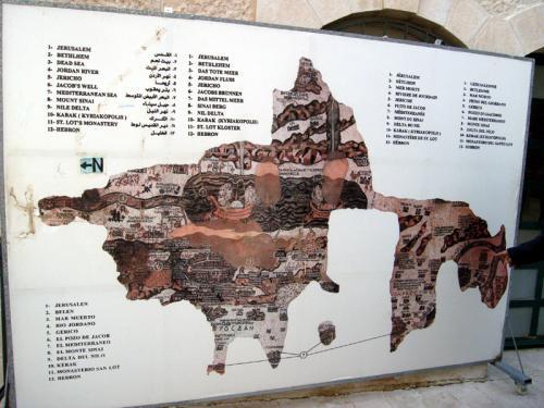 教会の外のチケット売り場のところに、モザイクの図があります。混雑を避けるため、ガイドさんが教会の中で説明をすることは禁じられているので、ここでモザイクの説明をすることになります。エルサレムはほぼ中心部に町として描かれています。死海では、船で塩を運んでいます…!ベツレヘムにジェリコ、なんとシナイ山まであり、聖書の物語が好きな人には、感動ものの地図です。