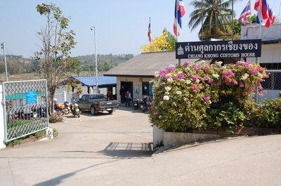 ふとしたきっかけ。それは、タイ・チェンマイ県・チェンダオ在住の日本人の友達Tさんから届いた、ラオスへの新しい国境が開き、「バイクでも行けるよ」との話題の中で2009年2月の気持だけは若いオッサン5人の旅がまとまりました。<br />この季節のタイ・ラオスは雨の全く降らない乾季で、バイクツーリングにはもってこいだとか。<br />北ラオスの雄大な自然や、人々の素朴で質素な暮らしを垣間見ながらまた、まばゆいばかりの陽を浴びてバイクで疾走する魅力は、実際に経験してみないとわからないと思います。