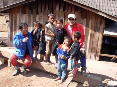 フェーサイからルアンナムターまでの国道は、まだ工事中の所も残っているが、中国の援助で造られたという走りやすい舗装道路です。<br />道すがら日本の援助で井戸が付くられたという山岳民族の村を訪ねてみました。<br />藍染の反物などで生計をを立てている貧しい村ですが、大人も子供もすごく人懐っこい素朴な人々でした。<br />もう一箇所訪れた山岳民族の村には、EUの援助で造られた小学校がありましたが、ラオスという国は、町を外れて一歩中へ足を踏み入れれば、日本では考えられない貧しい国である事がしみじみ伝わってくる。<br />でも、子どもたちの目は輝いていた。