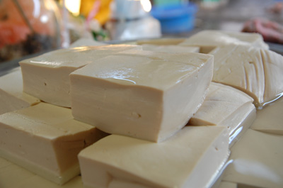 ルアンナムターの到着は午後の2時過ぎで、まっすぐ市場に向かったが、盛況時間は過ぎていたからじっくり見学できた。<br />やはり豆腐の印象が一番かな?<br />生の川ノリが売ってます。<br /><br />今回は行けませんでしたが、ルアンナムターには数十種以上の薬草を使ったサウナもあるそうですよ。