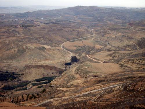 ネボ山の上からは、モーセが岩を打って水を出し、のどのかわきに悩むイスラエルの人々を救ったという、「アイン・ムーサ」が見えます(画面中央の、木が茂っているあたり)。ちなみにアイン・ムーサはペトラ近くのワディ・ムーサやエジプトのほうにもあるとされていますが。<br />