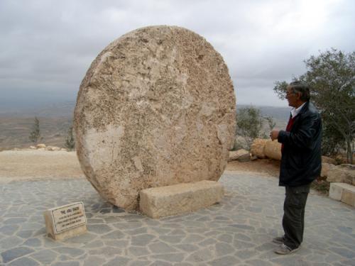 ネボ山近くのAbo Bado(アブー・バド)と呼ばれる場所にあった、ビザンチン修道院のドアをふさぐために使われていた石。人間の身長より大きいんです!