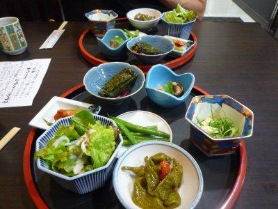 出張で京都の綾部に行きました。<br />ホテルで晩御飯食べました。<br />地場産野菜のおばんざいセットです<br /><br />