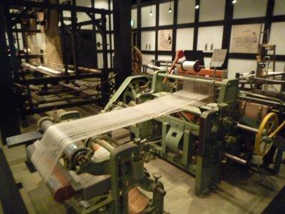 繭から糸を紡いでいます。<br />昔の機械が沢山展示していました<br /><br />