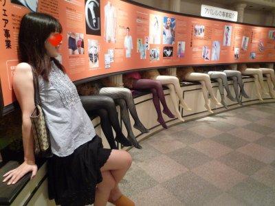 色々なデザインのパンストが展示しています、<br />一番手前の若干だけ足が短いように見えるのが妻です<br /><br />