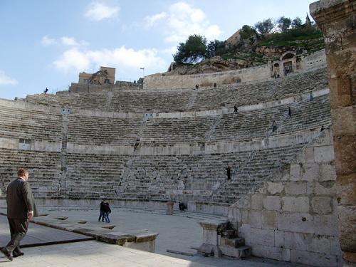 劇場とはローマの都市に欠かせなかった施設で、ヨルダン国内にもいくつかありますが、アンマンのものは中でも最大、6000人を収容することができたそうです。入るとすぐ舞台で、観客席を見渡すことができ、ちょっぴりその昔の役者さんたちの気分になれます。