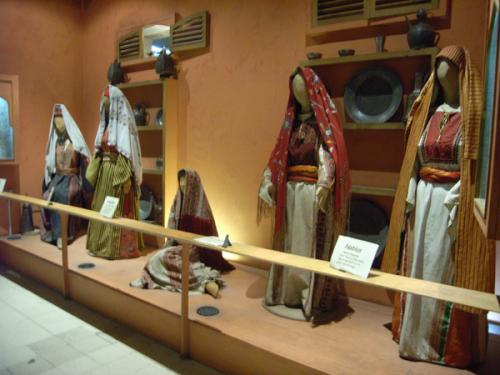 舞台のそでに当たるところが、小さい博物館になっています。一つはJordan Museum of Popular Traditions(ヨルダン伝統文化博物館)で、ベドウィンの衣装やアクセサリーのほか、ジェラシュやマダバのモザイクなどを展示。もう片側はFolklore Museum(ヨルダン民族博物館)で、楽器や食器、武器など、昔ベドウィンが使っていたようなものがあります。どちらも古代の劇場通路を利用しているようで、室内が雰囲気たっぷりです。