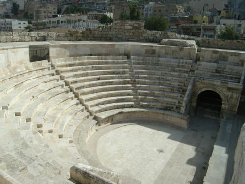 こちらは劇場の小型版ともいえるオデオン(音楽堂)。ほぼ完璧に復元されていて、かつてはどんな姿をしていたのかが、はっきりわかります。ただし昔は、木や布などで天井が覆われていたそうですが。なぜかオデオンまで足を延ばす人はほとんどいなくて、舞台と観客席を一人占めできます。