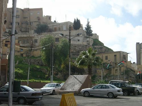 ローマ劇場は斜面を削るようにしてつくらています。周囲はすっかり家に囲まれているのですが、ところどころ城壁跡のようなものが残っていて、さすがはローマ、ビザンチン、ウマイヤドと綿々と続いていた都市だなあ…と思わされます。